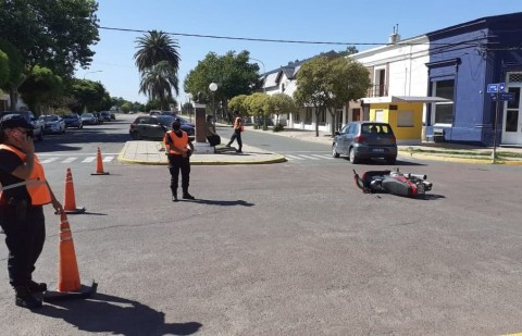 Accidente entre un automóvil y una motocicleta